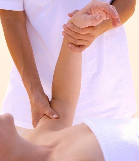 masajista dando un masaje a una mujer