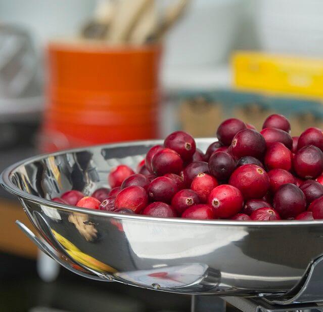 arandanos rojos en una balanza en una cocina