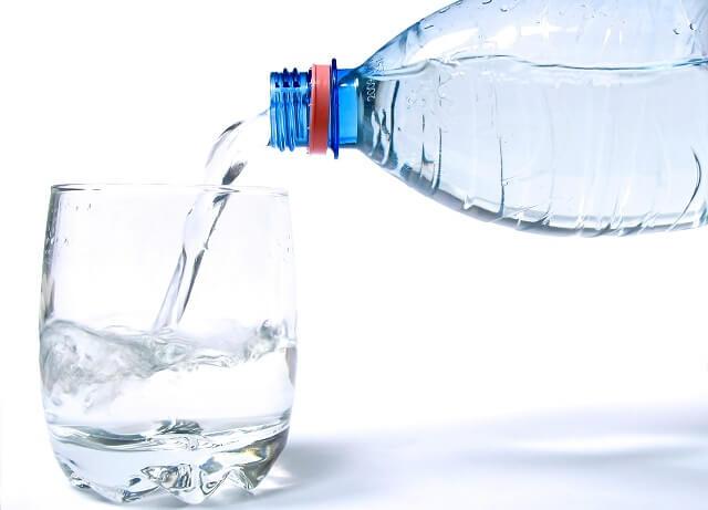 llenando un vaso de agua mineral