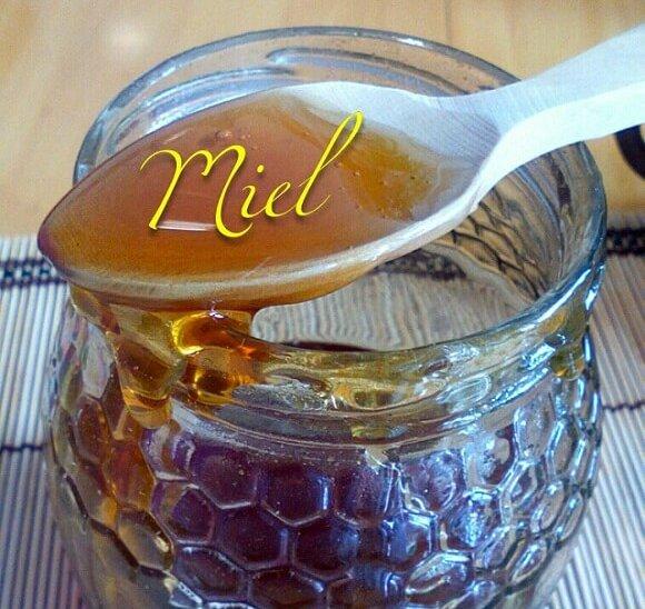 bote de miel de bosque con cuchara de madera