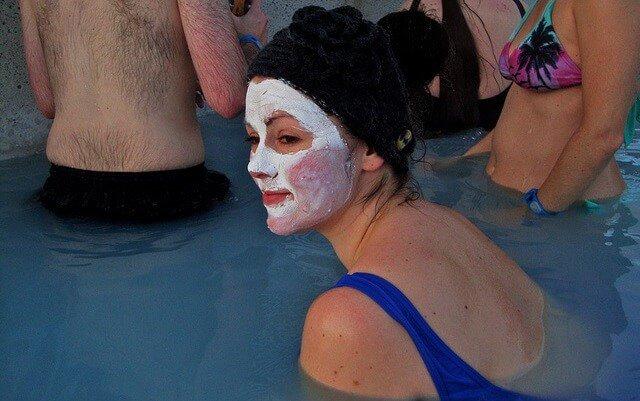 chica en balneario con mascarilla de arcilla