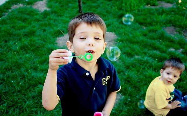 nino haciendo burbujas