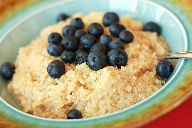 quinoa con arandanos en un bol de desayuno
