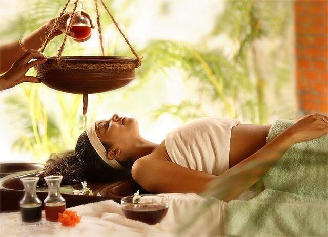 chica en camilla en un masaje de cara ayurveda