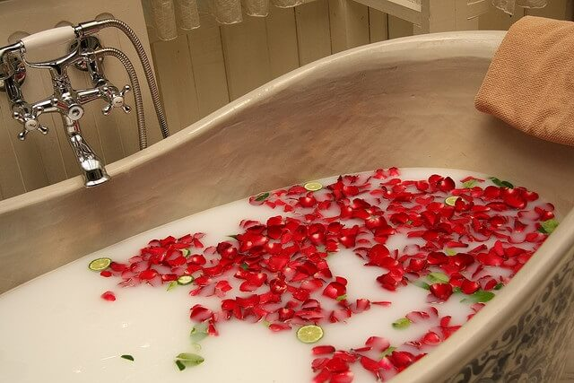 banera con petalos de rosas y rodajas de limon