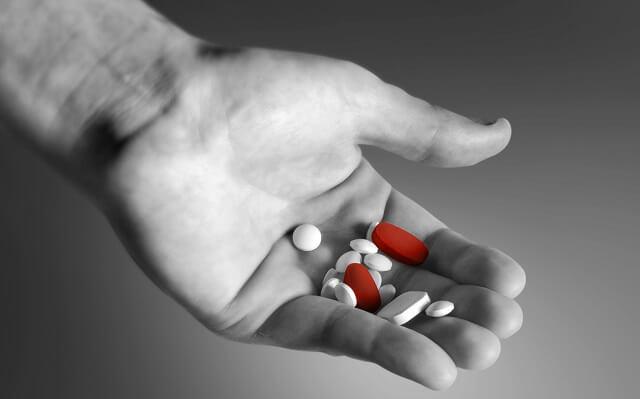 pastillas en la mano