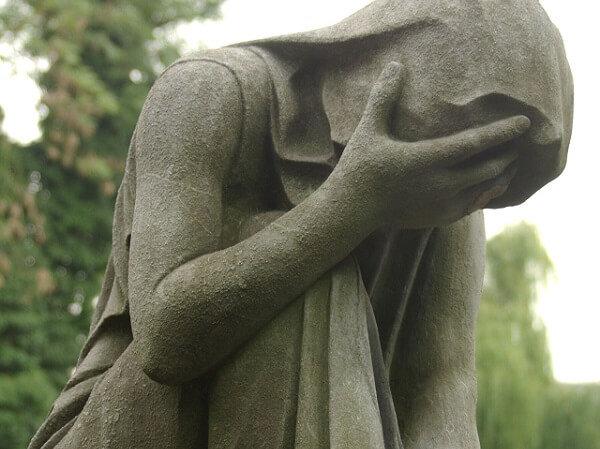 estatua en posicion de llorar