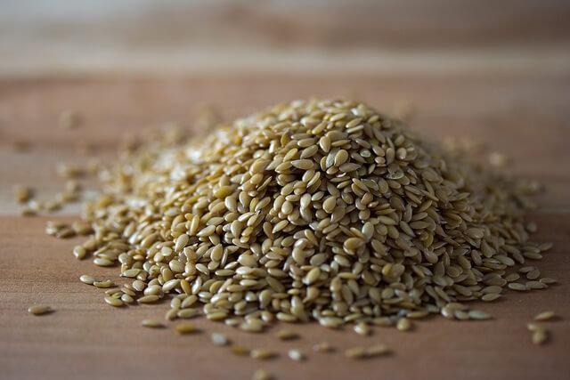 semillas de lino doradas en una mesa
