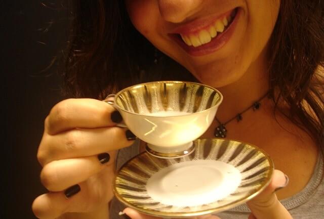 chica tomando cafe con unas bonitas
