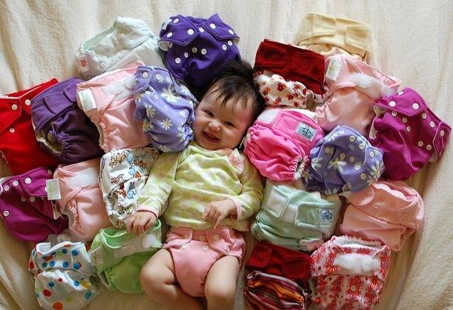 nina rodeada de panales lavables y de tela