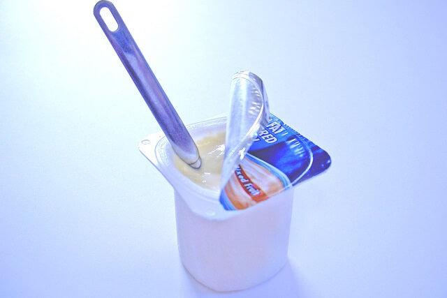 yogur abierto con cucharilla