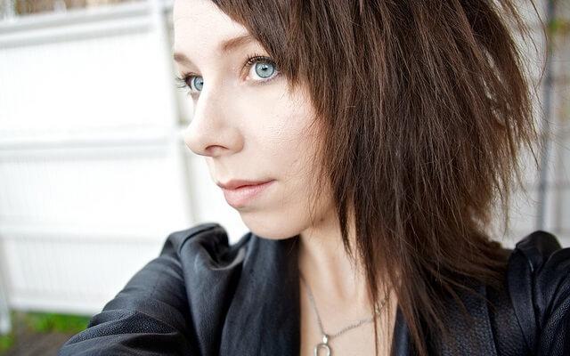 chica bonita con cabello corto