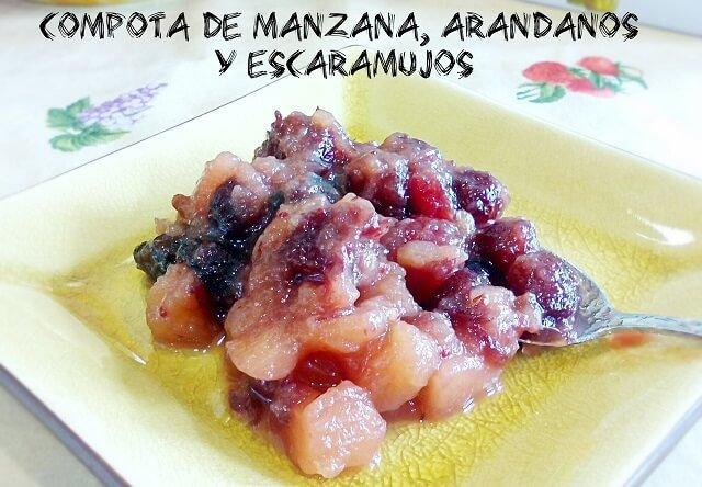compota de manzana arandanos y escaramujos en un plato de postre con una cucharilla