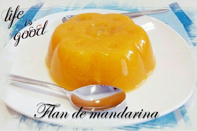 flan de mandarina en plato de postre junto  a dos cucharillas