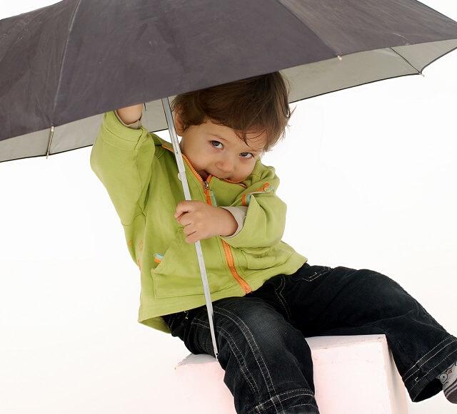 nino con paraguas