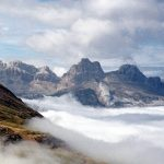 Paisaje de altas montañas y nubes.