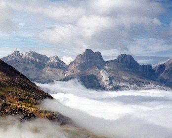 Paisaje de altas montañas y nubes