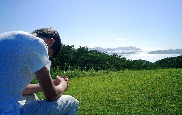 hombre pensativo en un paisaje precioso