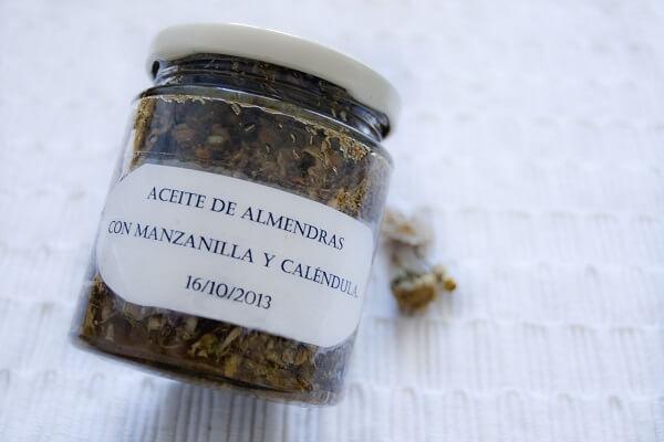 envase con plantas y aceite, con etiqueta con nombre y fecha.