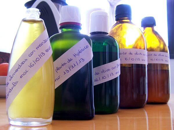 tarros con aceites macerados diferentes