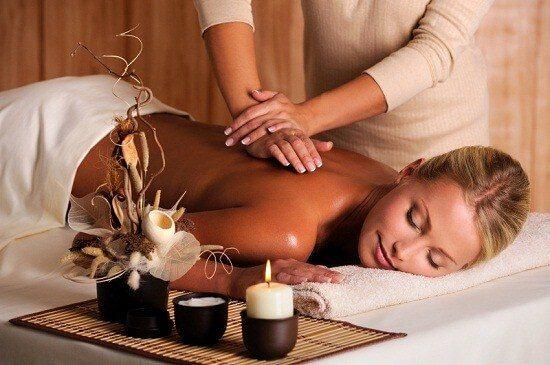 masaje profesional de espalda de una mujer