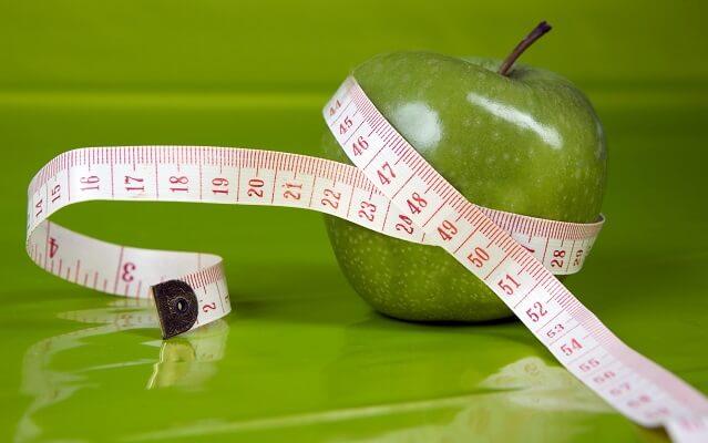 Manzana con una cinta metrica