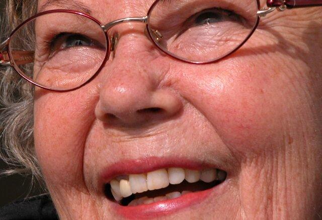 la cara de una abuela sonriente y feliz