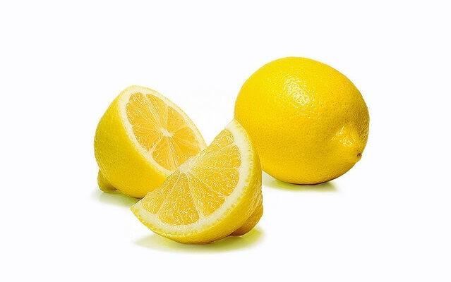 limones cortados en fondo blanco