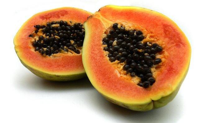 una papaya cortada por la mitad