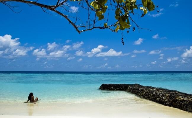 mujer en una playa preciosa