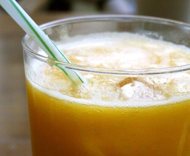 zumo con pajita