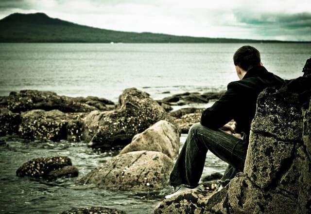 hombre que observa el mar