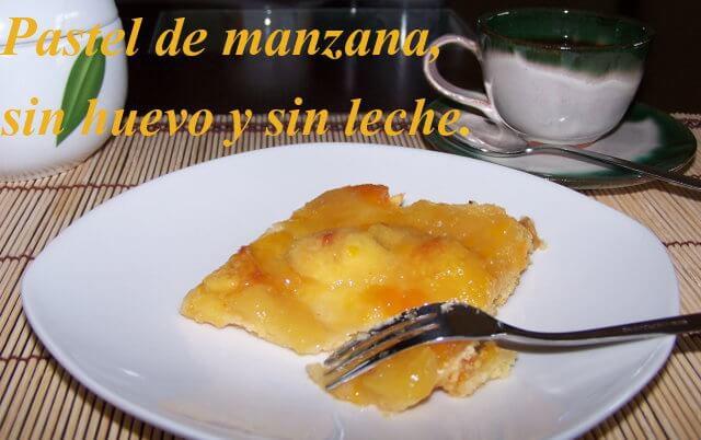 tarta de manazana en un plato con un pequeno tenedor