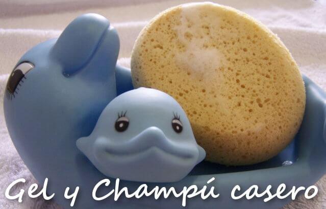 una delfin mama y su bebe de juguete junto a una esponja con espuma