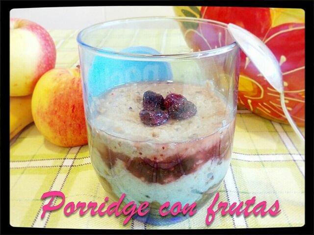 un vaso con porridge con frutas junto a frutas