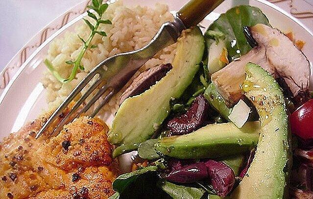 plato de verduras con arroz integral y tenedor