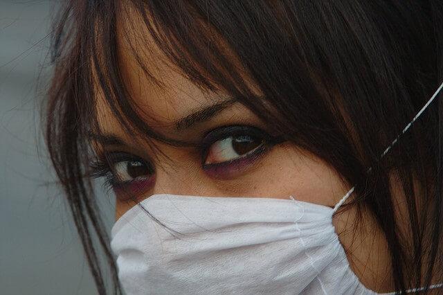 chica con mascarilla contra la gripe