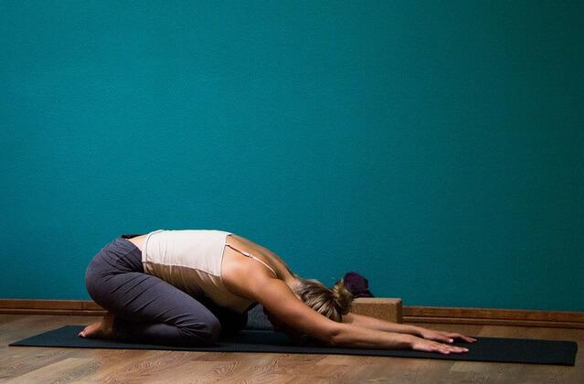 postura de yoga balasana o postura del nino