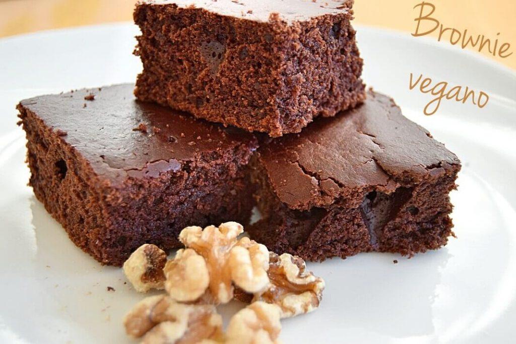 tres cachitos de brownie vegano junto a unas nueces peladas