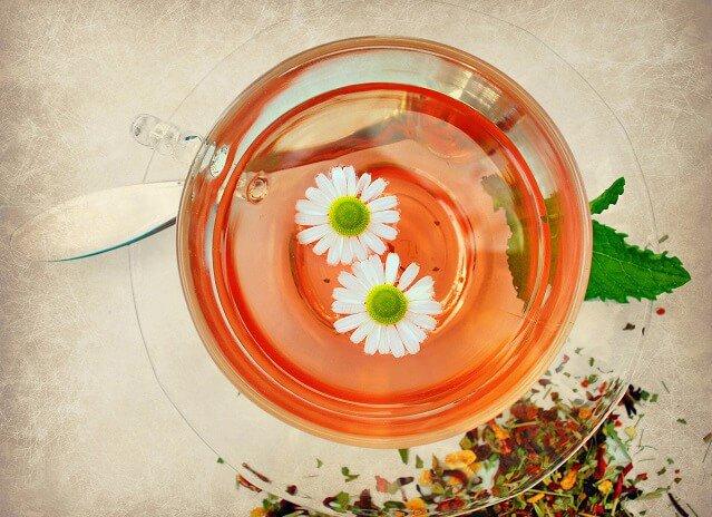 infusion de manzanilla en taza de cristal
