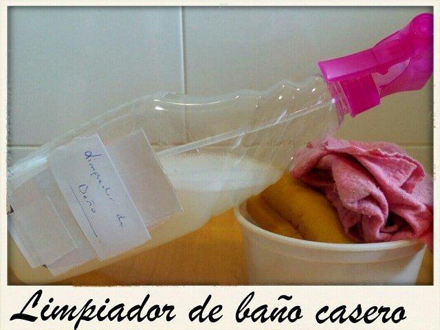 spray limpiador del bano junto a una bayeta