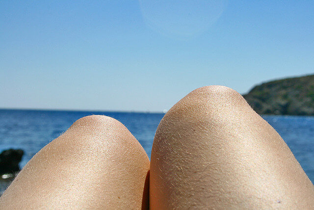 rodillas junto al mar