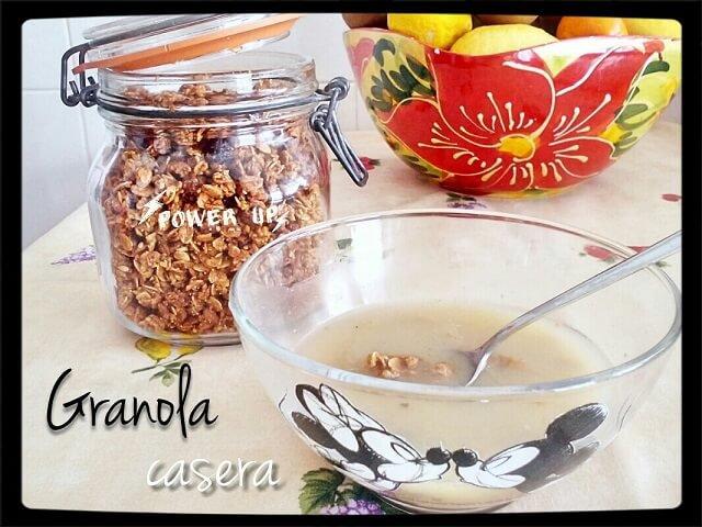 un cuenco con granola y leche de avena