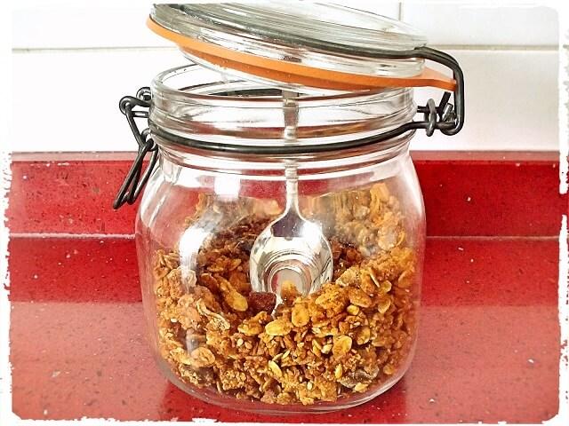 tarro de cristal lleno de granola casero