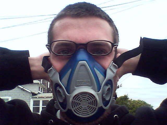 chico con mascarilla para poder respirar