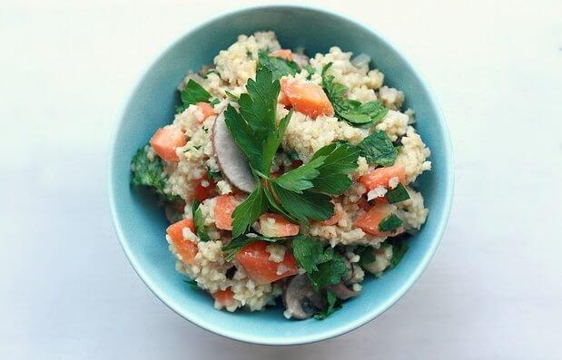 cuenco de mijo y verduras