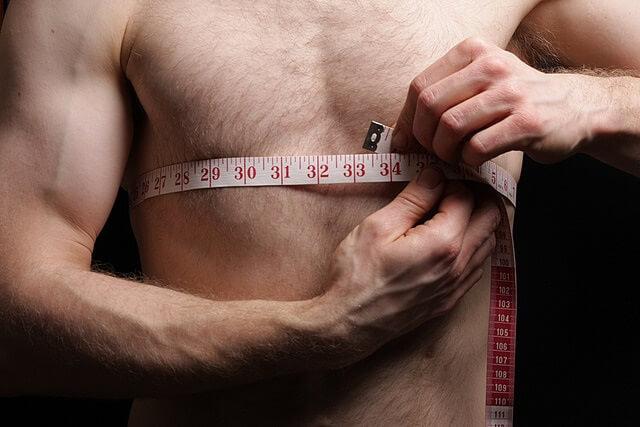 cinta metrica en un hombre