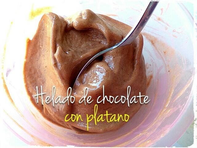 helado de choco con platano en bol con cuchara