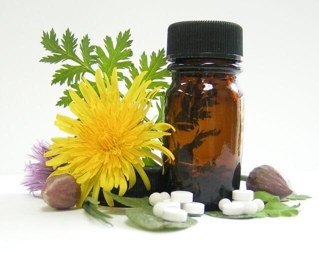 flores medicinales juntos a grageas y bote