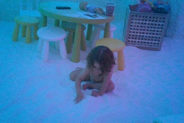 pequeña jugando en sala de haloterapia saltium